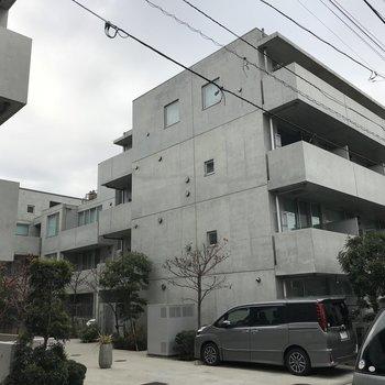 コンクリート打ちっぱなしのかっこいいマンション。