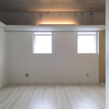 反対側、お部屋を横切るオープンクローゼット。※写真は8階の同間取り別部屋のものです