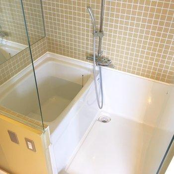 ガラス張りのお風呂。壁の一面には鏡。なんらかの上級者向けですね。※写真は8階の同間取り別部屋のものです