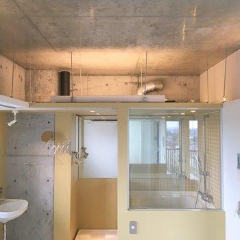上からダクトがチラ見え、面白いお部屋だなほんとに。※写真は8階の同間取り別部屋のものです