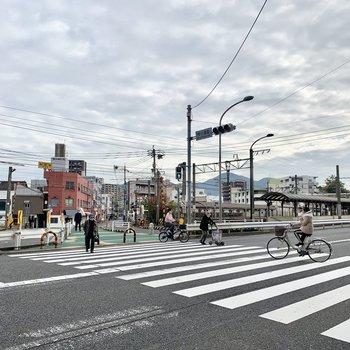駅までは大通りを渡って…