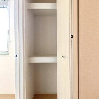 廊下にちょこっと収納スペース。