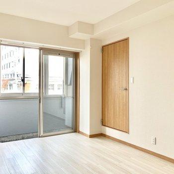 右の洋室は6.5帖で個室感があります。