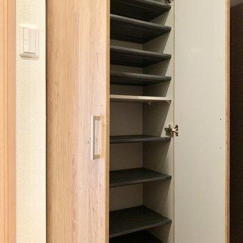 上までずらっとたくさんしまえるシューズボックスです。