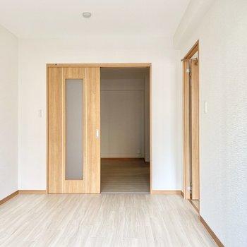 この洋室からさらに隣の洋室へ繋がります○