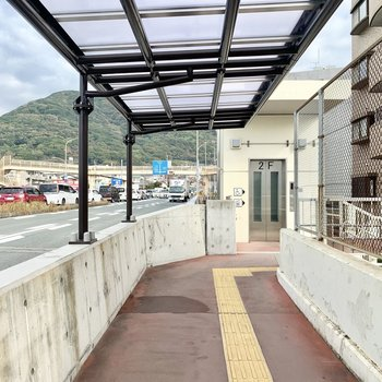最寄りの安部山公園駅は出てすぐが大通りになっています。