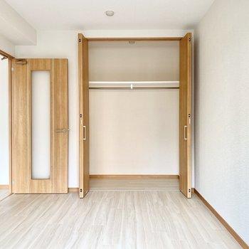 こちらの洋室はハンガーポル付きのクローゼットがありますよ。