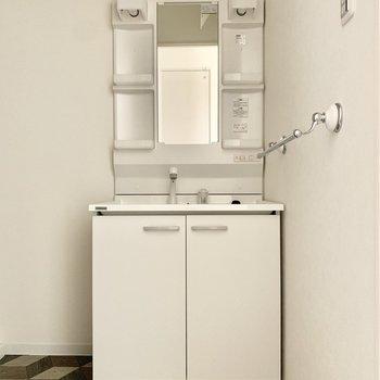 アクセントな床にシンプルな洗面台。