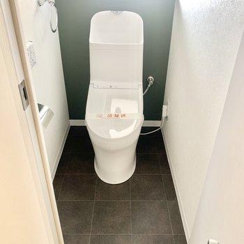 トイレは小窓、ウォシュレット付き。