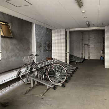 駐輪場はしっかり屋根付きです。