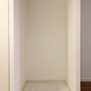 冷蔵庫置き場は左横のスペースに置けますよ。