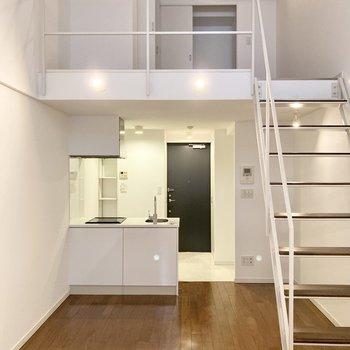 【洋室8.1帖】天井が高く開放感があるお部屋。