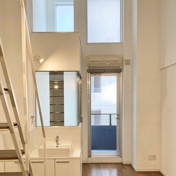 【洋室8.1帖】天井高くまで窓があるので明るいです。