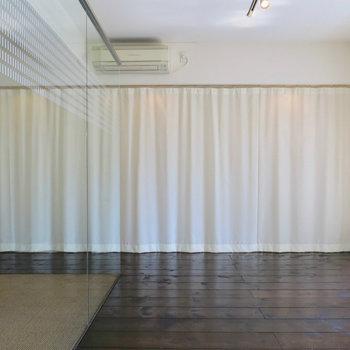 カーテンをが付いています ※写真は4階の同間取り別部屋のものです。前回募集時のものです。