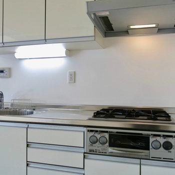 高機能キッチン ※写真は4階の同間取り別部屋のものです。前回募集時のものです。