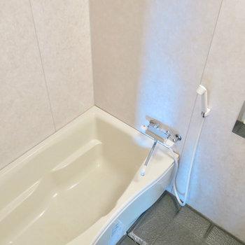 綺麗で大きいお風呂! ※写真は4階の同間取り別部屋のものです。前回募集時のものです。