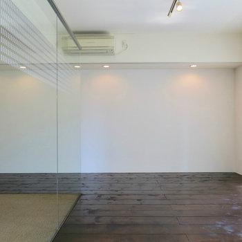 こちら側には... ※写真は4階の同間取り別部屋のものです。前回募集時のものです。