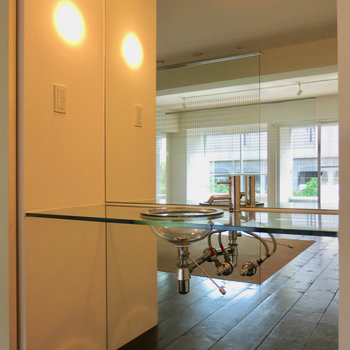 ピカピカの独立洗面台 ※写真は4階の同間取り別部屋のものです。前回募集時のものです。