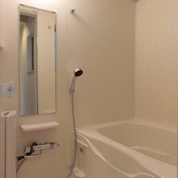 浴室乾燥機つきのお風呂。ガラス窓もありますよ。※写真は前回募集時のものです