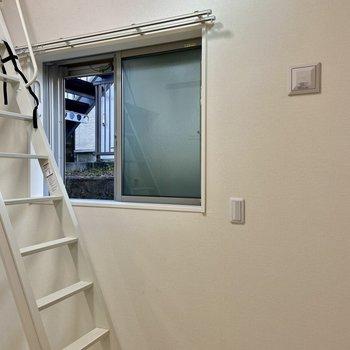 窓は小さめですね。洗濯物干しが備わっています。