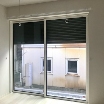 窓には電動シャッターが付いているので、外出時には閉めてみてください。