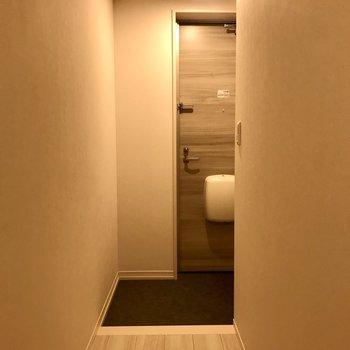 玄関は段差がなくゆったりとしたスペースがあります。