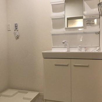 脱衣スペースに洗面台と洗濯機置場があります。