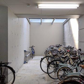 駐輪スペースも屋根付きで安心。