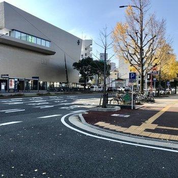 西新駅は、出てきた出口でガラリと雰囲気がかわります