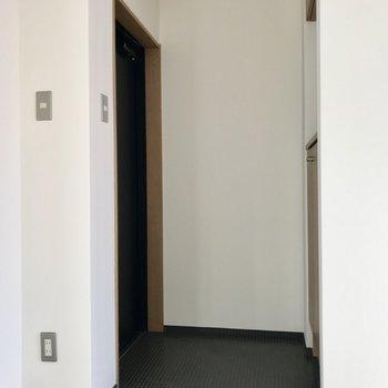 玄関は扉の向き的にすぐ中が見えないのが嬉しい(※写真は5階の同間取り別部屋、一部仕様色が異なる場合がございます)