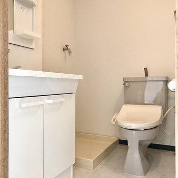 脱衣所にはトイレがちょこん。グレーでなんだか可愛い(※写真は5階の同間取り別部屋、一部仕様色が異なる場合がございます)