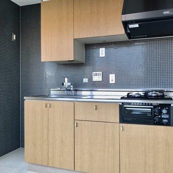 ネイビーのタイルが可愛いキッチン。収納も豊富です◯(※写真は5階の同間取り別部屋、一部仕様色が異なる場合がございます)