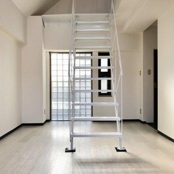 戻ってリビングへ。それでは2階にのぼってみましょう!(※写真は5階の同間取り別部屋、一部仕様色が異なる場合がございます)