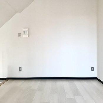 上も天井が高くて開放感がありました!もちろんテレビも置けますよ(※写真は5階の同間取り別部屋、一部仕様色が異なる場合がございます)