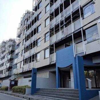 宇宙的外観がかっこいい…!福岡で有名な建築家さんが手がけているそう(※写真は5階の同間取り別部屋、一部仕様色が異なる場合がございます)