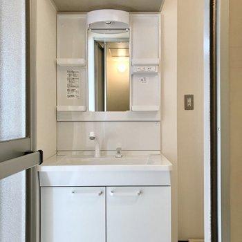 洗面台の上の棚が、とっても便利!(※写真は5階の同間取り別部屋、一部仕様色が異なる場合がございます)