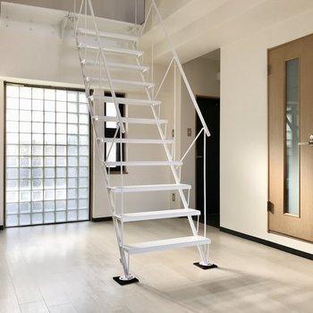 ガラスブロックに白い階段。メタリカルで、素敵!(※写真は5階の同間取り別部屋、一部仕様色が異なる場合がございます)
