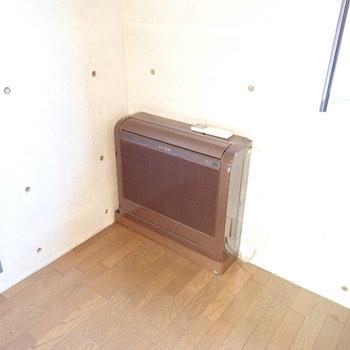 上の階】床置きのエアコンでした。(※写真は1階の反転間取り別部屋のものです)