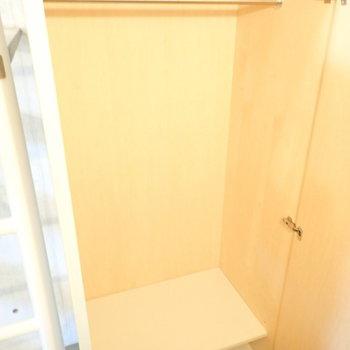 階段下にクローゼットです。(※写真は1階の反転間取り別部屋のものです)