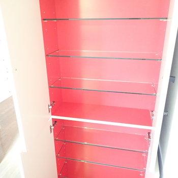 収納棚もついていました!赤いです。(※写真は1階の反転間取り別部屋のものです)