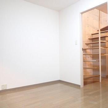 下の階】ベッドを置いたらいっぱいになりそうです。(※写真は1階の反転間取り別部屋のものです)