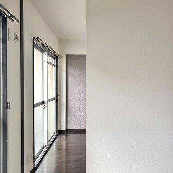洋室へはちょっぴり幅狭めなこちらから。