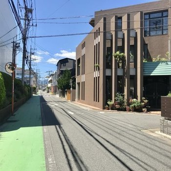 まわりは静かな住宅街。大通りからこの道をまっすぐ進みます。