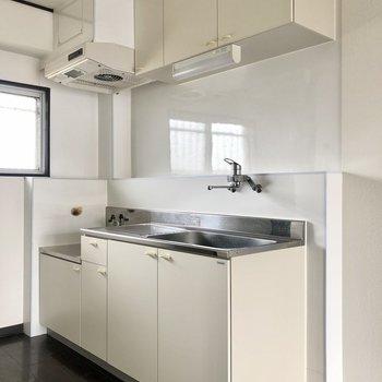 キッチンはレトロですが、収納たっぷり。窓もあるので換気ができますね◯