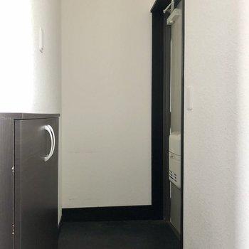 玄関は黒系で重厚感がありました。