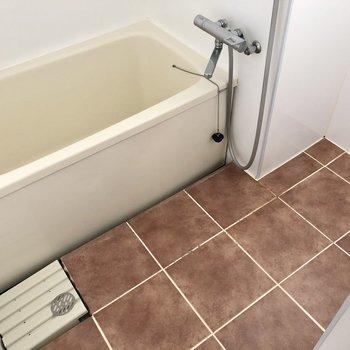 お風呂場はレトロですが、ちゃんとサーモ水栓!窓もあり明るいです。