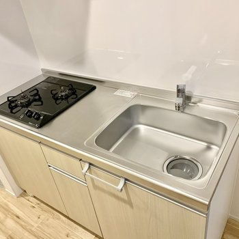 2口コンロで調理スペースもしっかり。冷蔵庫はキッチン右に置けます。