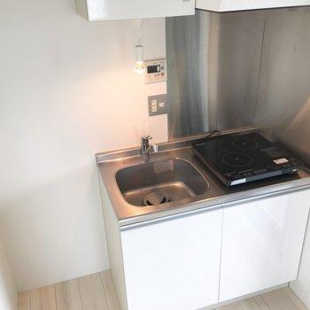 キッチン。左側のスペースに冷蔵庫を置けますよ。※写真は8階の同間取り別部屋のものです