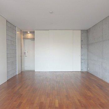 無垢床×コンクリート!(※写真は5階の同間取り別部屋のものです)