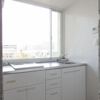 キッチンがは窓辺に!(※写真は5階の同間取り別部屋のものです)